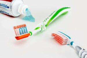 scegliere tra lo spazzolino elettrico o quello manuale